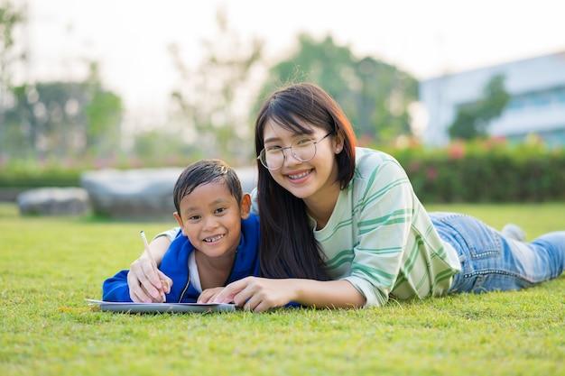 La ragazza asiatica insegna al ragazzo con amore e divertimento