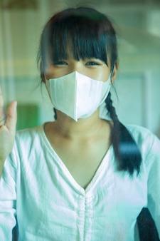 Adolescente asiatico che indossa la maschera di protezione