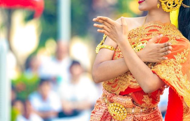 La donna asiatica tailandese veste l'abito tradizionale vintage e balla con lo stile di danza tailandese all'aperto nell'evento., thailandia
