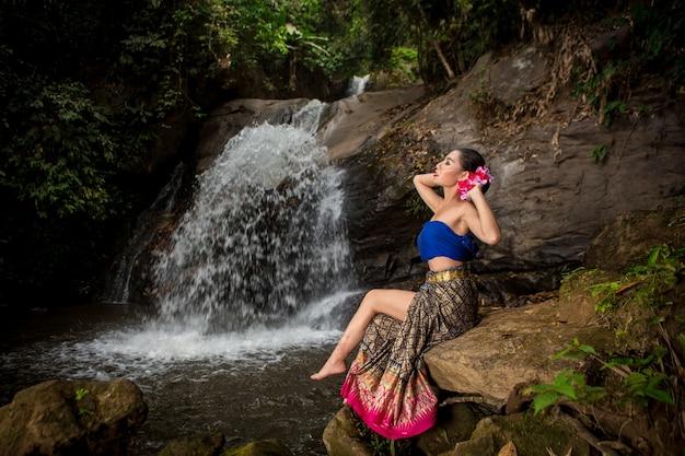 Ragazza asiatica della tailandia in bello vestito