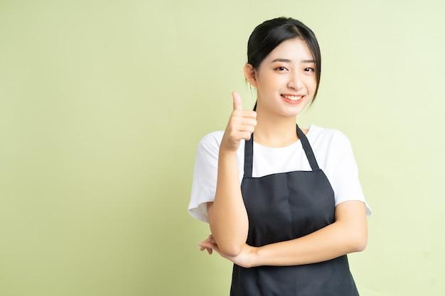 La cameriera asiatica dà i pollici in su