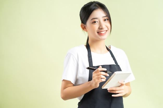 Cameriera asiatica con un biglietto in mano