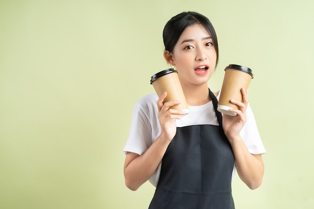 Cameriera asiatica che tiene due tazze di caffè