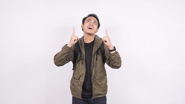 L'asiatico indossa la borsa con uno spazio bianco rivolto verso l'alto