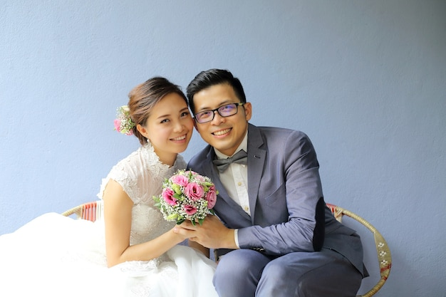 Servizio fotografico di matrimonio asiatico con sfondo muro di colore blu antico