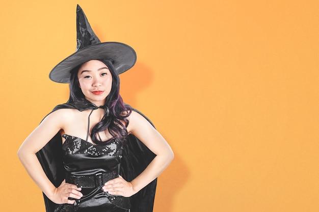 Donna asiatica della strega con una condizione del cappello
