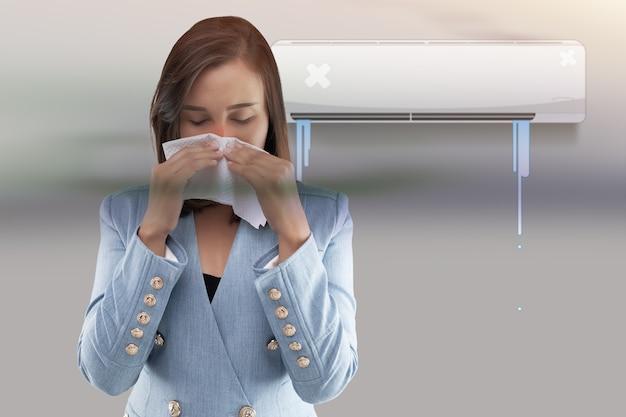 La donna asiatica sta chiudendo il naso perché l'odore di muffa dal condizionatore d'aria.