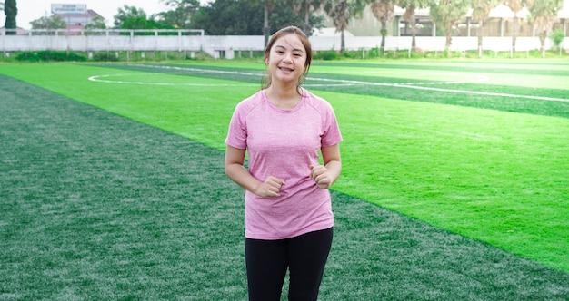 Atleta donna asiatica in esecuzione in pista