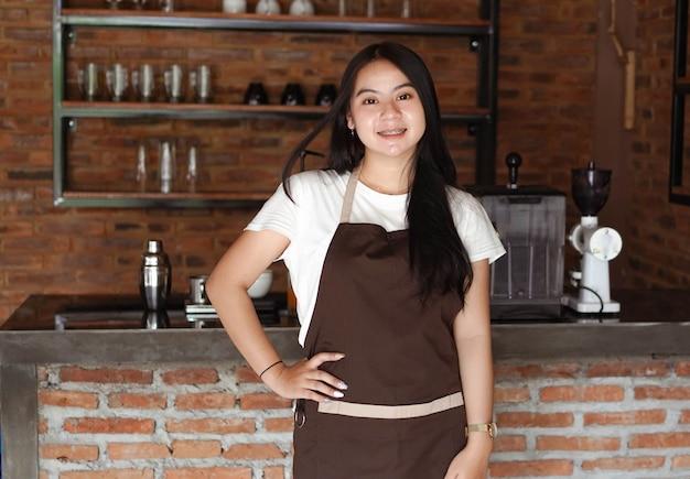 Barista donna asiatica che sorride al caffè