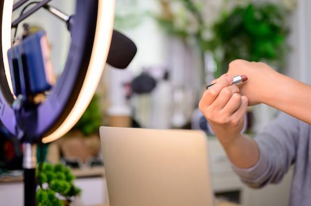 Asian woman blogger o vlogger che lavora online per bellezza e trucco. influencer dei social media e creatore di contenuti lifestyle a casa.