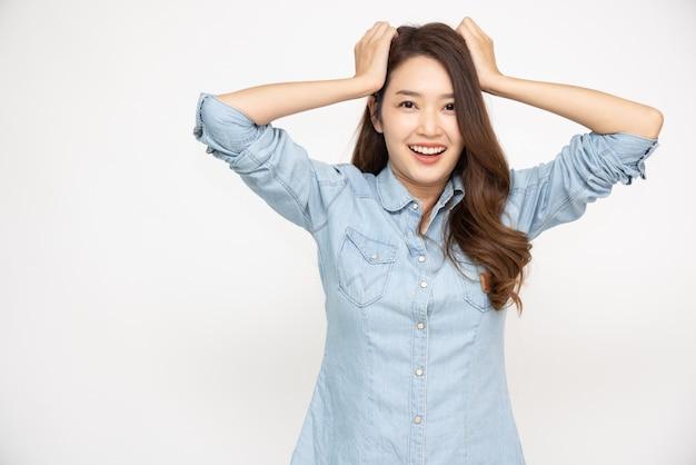 Donna asiatica in una camicia di jeans blu cielo isolato su sfondo bianco