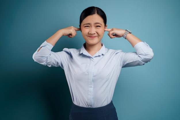Donna asiatica annoiata e infastidita, con le orecchie