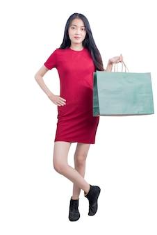 Donna asiatica che trasportano borse della spesa isolate su sfondo bianco