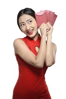 Donna asiatica in abito cheongsam