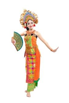 Donna asiatica che balla ballo tradizionale balinese isolato