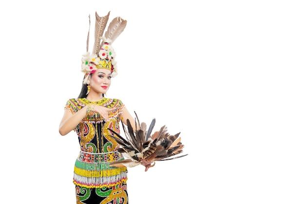 Donna asiatica che balla la danza tradizionale del kalimantan orientale (danza giring-giring) isolata