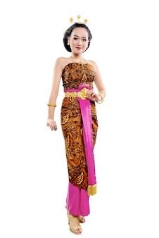 Donna asiatica che balla ballo tradizionale giavanese isolato