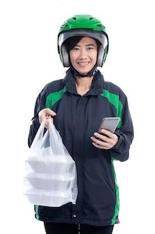Cibo di consegna donna asiatica. corriere femminile con il cibo su un sacchetto di plastica che consegna il cibo