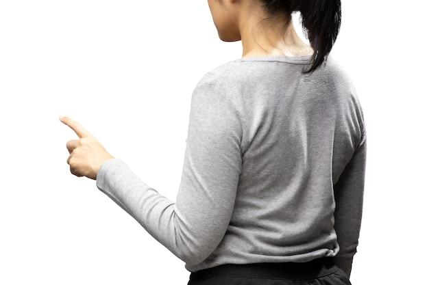 La punta del dito della donna asiatica indossa una maglietta grigia isolata su sfondo bianco