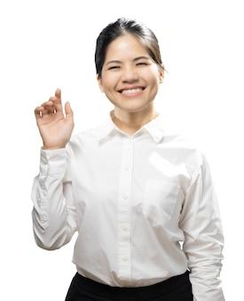 La punta del dito della donna asiatica indossa una camicia bianca isolata su sfondo bianco