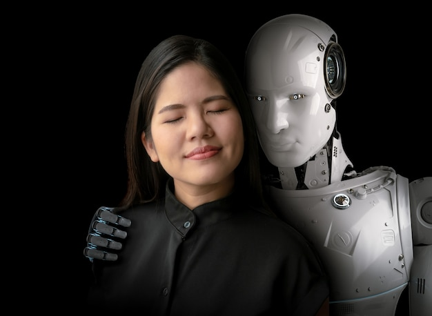 Donna asiatica felice di vivere con un cyborg o un robot