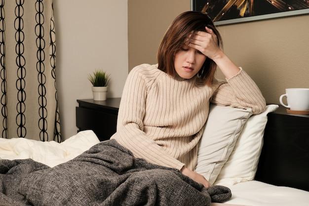 La donna asiatica ha mai e auto quarantena a casa. l'infezione da germi, batteri, covid19, corona, sars, virus dell'influenza. concetto di malattia