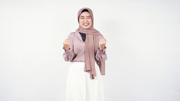 Hijab donna asiatica si sente di successo isolato su sfondo bianco