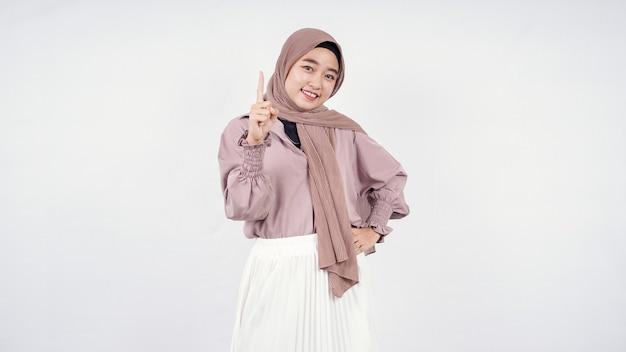 Donna asiatica in hijab pensando idea isolata su sfondo bianco