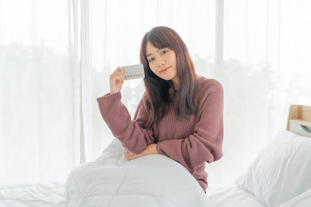 Pillola anticoncezionale della holding della donna asiatica