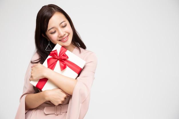 Contenitore di regalo asiatico della tenuta della donna
