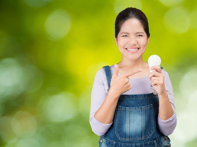 Donna asiatica che tiene le lampadine?