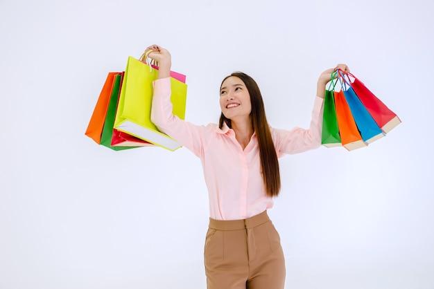 Donna asiatica che tiene i sacchetti della spesa