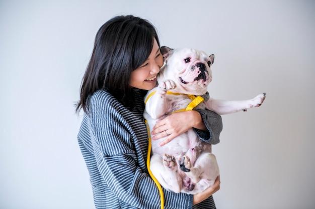 Donna asiatica che abbraccia cane