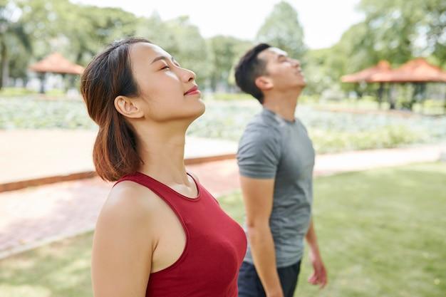 Donna asiatica che inala aria fresca