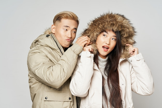 Donna ed uomo asiatici su colore luminoso che posano insieme modello