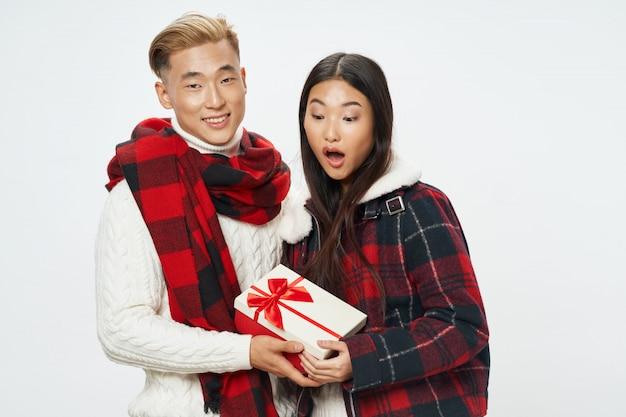 Donna ed uomo asiatici sullo spazio di colore luminoso che posano insieme modello Foto Premium