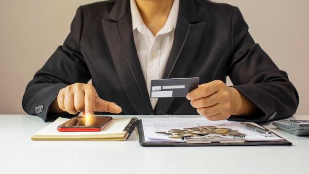 Donna asiatica che paga con carta di credito online mentre ordina online a casa, idea di transazione utilizzando l'applicazione di mobile banking