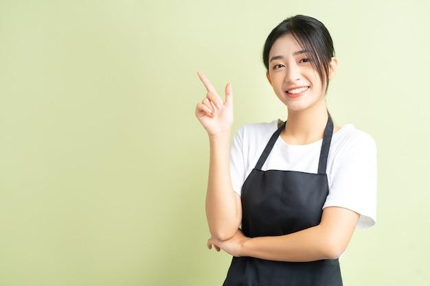 Una donna asiatica che indica in su
