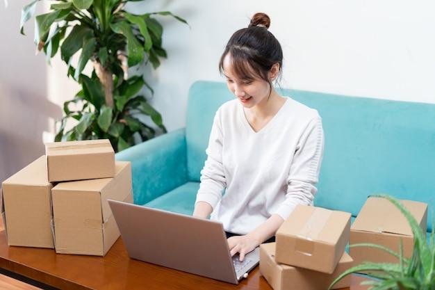 Ritratto di donna asiatica a casa e affari online