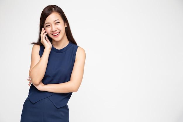 Donna asiatica che sorride mentre parla al telefono