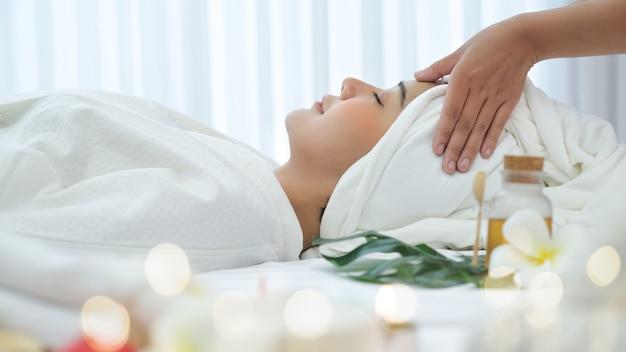 Donna asiatica nel salone spa