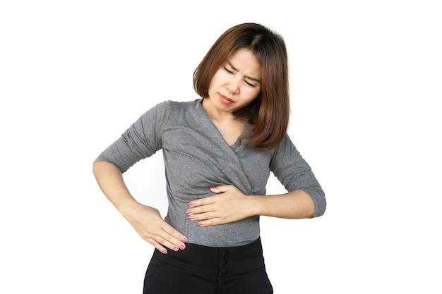 Donna asiatica che soffre di mal di stomaco nella parte destra