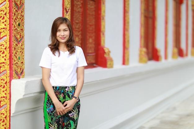 Donna asiatica nel tempio tailandese