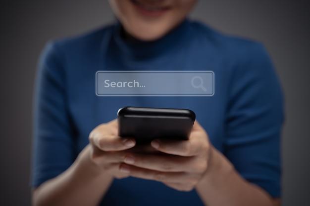 Donna asiatica utilizzando smart phone per la ricerca con effetto ologramma icona del browser. isolato