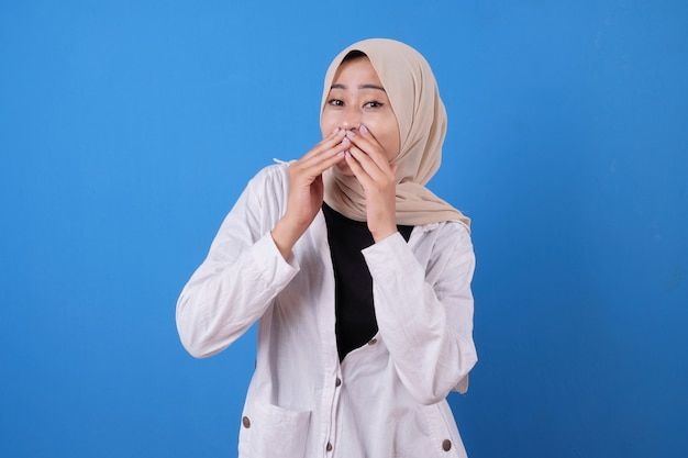 La donna asiatica che per mezzo della maglietta bianca ha sussurrato qualcosa