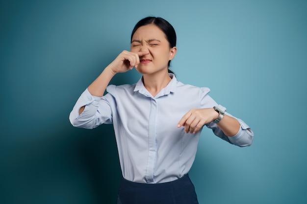 La donna asiatica era malata di febbre isolata sul blu.