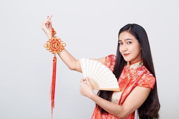 Cheongsam da portare della donna asiatica