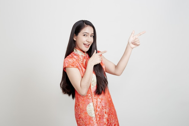 Donna asiatica che porta vestito tradizionale cinese