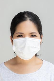 Donna asiatica che indossa una maschera per la protezione
