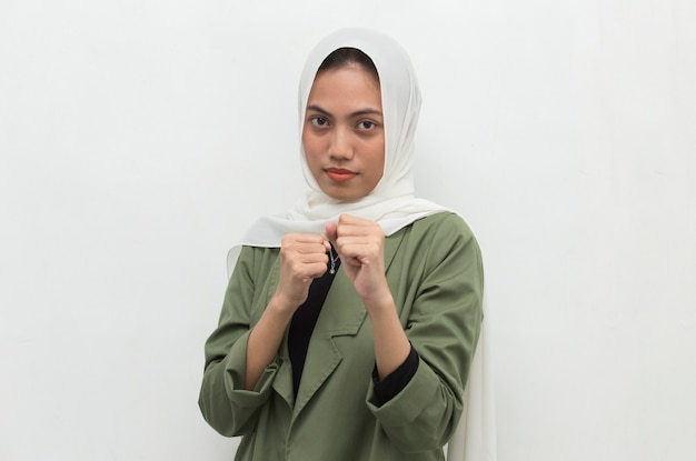 Donna asiatica che indossa l'hijab felice ed emozionato che celebra la vittoria che esprime grande energia di potere di successo ed emozioni positive